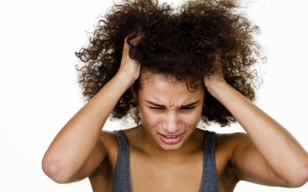 Was tun bei trockener Kopfhaut? Ursachen & Tipps, die garantiert helfen!